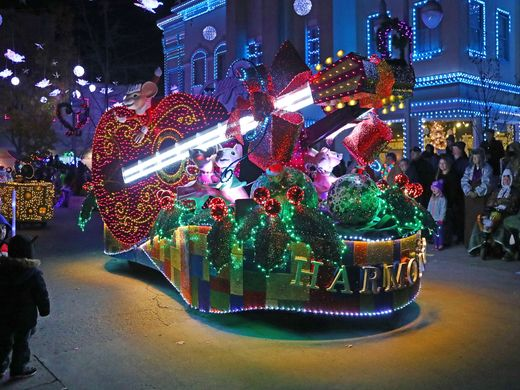 Christmas in Pigeon Forge - Dollywood's Parade of Many Colors